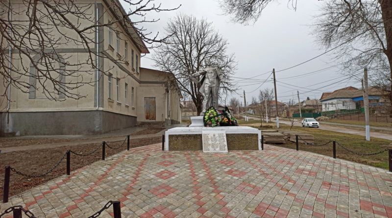Памятник в центре села.