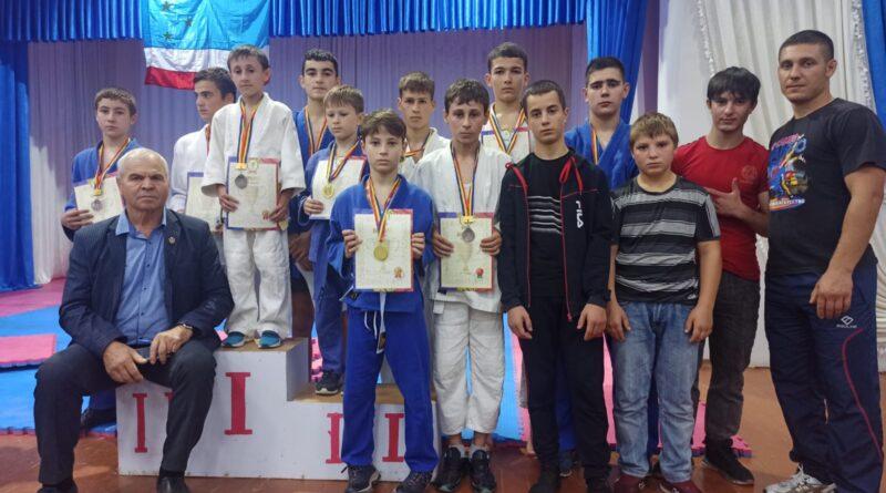 В с. Чишмикиой, Вулканештского района, прошло открытое первенство по Дзюдо среди юношей разного возраста.