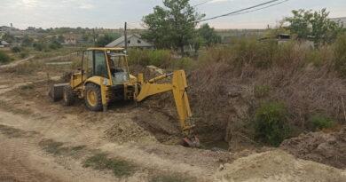 В селе Казаклия, возобновились работы по оврагу, по переулку Суворова. Выполняются работы укладке дренажных труб для отвода сточных вод .